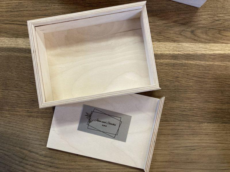 Fotobox 10x15 Holzboxen individuell graviert für Fotos Natürlich Verpacken meine Holzboxen individuell graviert für Fotografen Videografen Kreativ Verpacken Wedding Box Eure Holzgeschenkbox Jenn und Sascha Mister and Misses Woodbox