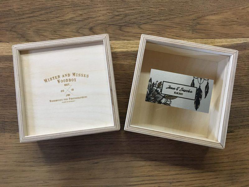 USB Stick Box UBS-Stick-Box Acryldeckel Acryl Deckel Holzboxen individuell graviert für Fotos Natürlich Verpacken meine Holzboxen individuell graviert für Fotografen Videografen Kreativ Verpacken Wedding Box Eure Holzgeschenkbox Jenn und Sascha Mister and Misses Woodbox